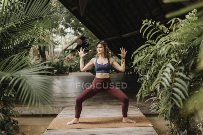 Женщина практикует йогу на открытом воздухе — стоковое фото