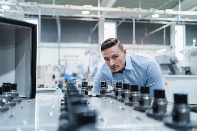 Чоловічий професійний інспекційний апарат у промисловості — стокове фото
