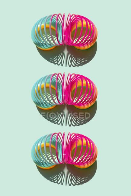 Estudio de tres muelles Slinky de plástico - foto de stock