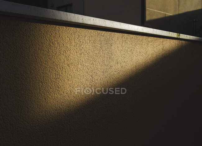 Vista detallada de la pared texturizada a la luz del sol - foto de stock