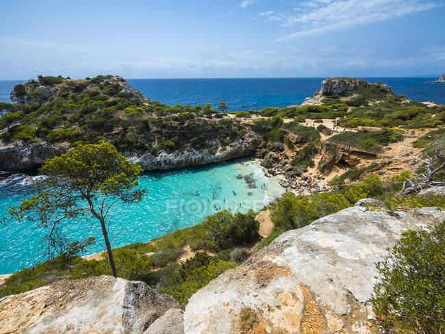 Spagna, Maiorca, Santanyi, baia turchese della spiaggia di Calo des Moro in estate — Foto stock