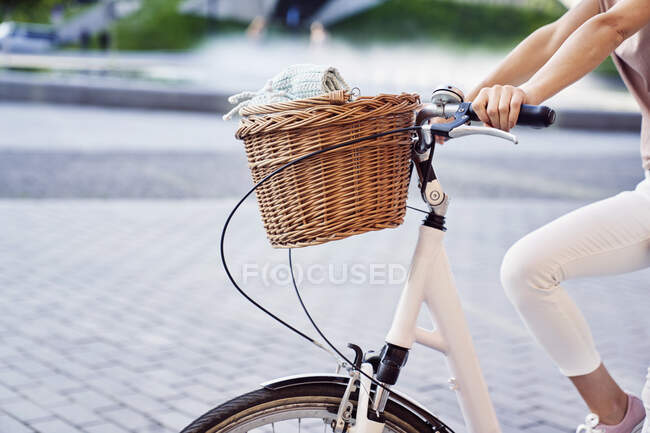 Woman riding bicycle on street in city during weekend — Fotografia de Stock