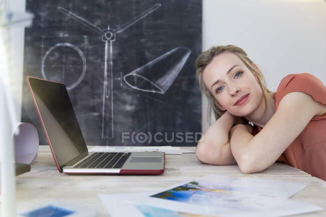 Портрет упевненої жінки, що стоїть на столі в офісі. — стокове фото