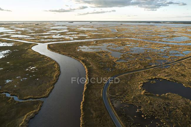 Estados Unidos, Maryland, vista del dron de los pantanos a lo largo del río Blackwater al atardecer - foto de stock