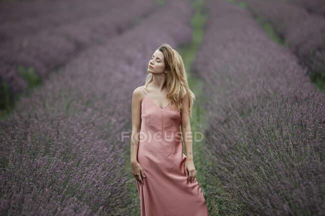 Donna seduta nel campo di lavanda — Foto stock