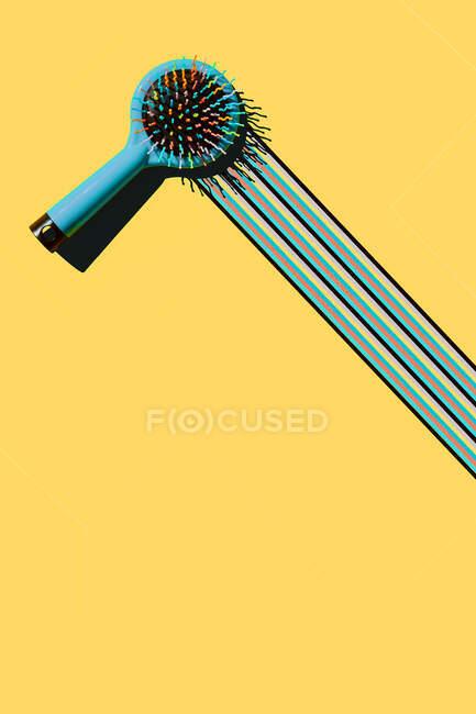 Estudio disparo de cepillo azul dejando rastro colorido - foto de stock