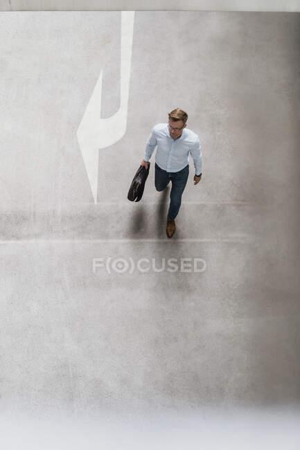 Vista de alto ângulo de homem de negócios com saco andando na cidade — Fotografia de Stock