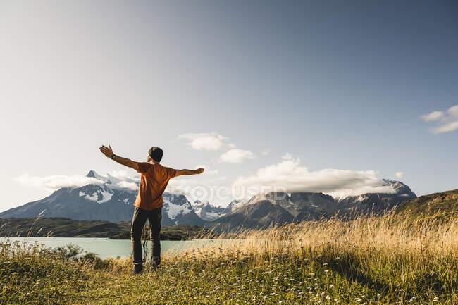 Homem de braços estendidos em pé no Lago Pehoe, no Parque Nacional Torres Del Paine, Chile Patagônia, América do Sul — Fotografia de Stock
