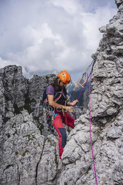 Alpinista maschile con bilanciamento delle corde in montagna, Alpi europee, Lecco, Italia — Foto stock