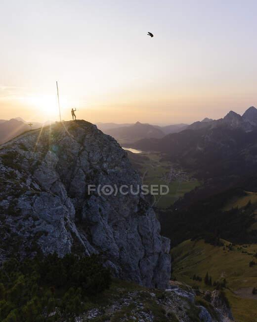 Escursionista sul belvedere durante il tramonto, Gaichtspitze, Tirolo, Austria — Foto stock