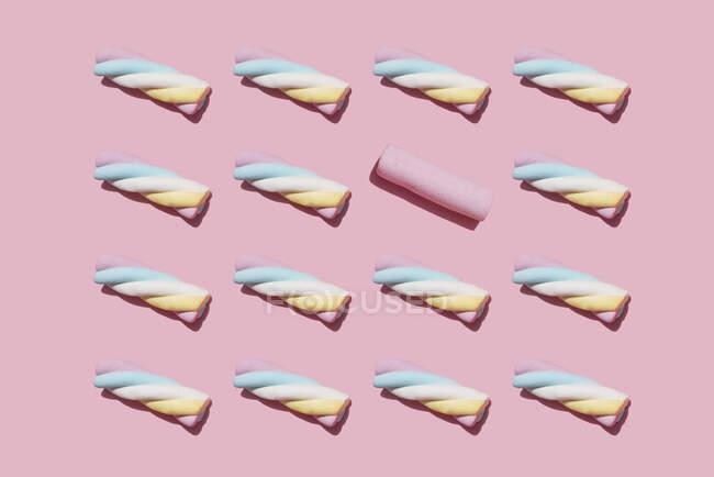 Patrón de malvaviscos retorcidos con uno solo sobresaliendo - foto de stock