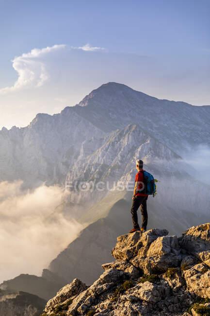 Caminhante de pé enquanto admira a vista da montanha em Bergamasque Alps, Itália — Fotografia de Stock