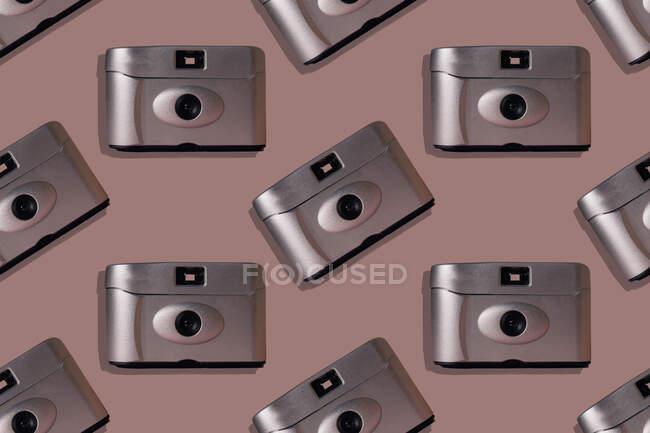 Збільшення ретро-камер на рожевому фоні. — стокове фото