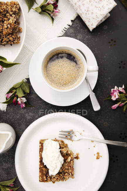 Cup of coffee and homemade rhubarb cake on garden coffee table — Stock Photo