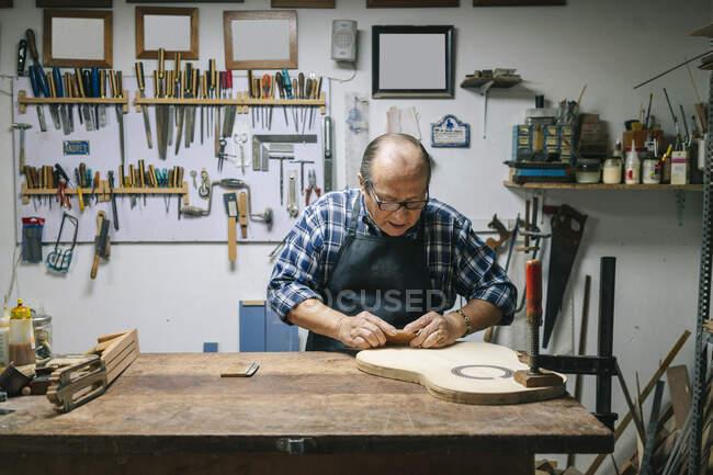 Artesanato fabricação de guitarra na oficina — Fotografia de Stock