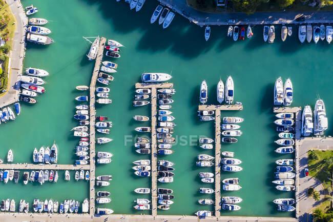Vista aérea de filas de barcos en el puerto deportivo de Santa Ponca, Mallorca - foto de stock