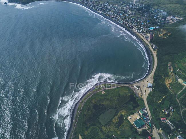 Rusia, Primorsky Krai, Zarubino, Vista aérea de la ciudad en la orilla del mar de Japón - foto de stock