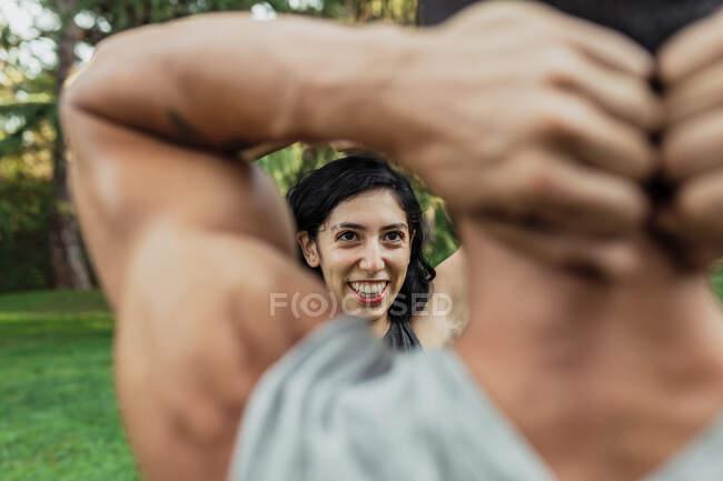Усміхнена жінка займається з хлопцем у парку. — стокове фото