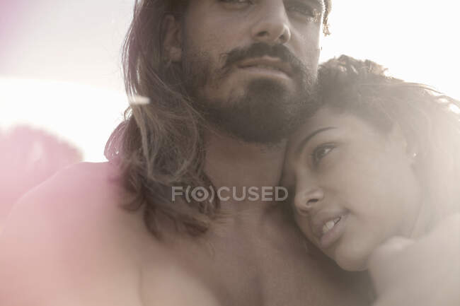Женщина смотрит в сторону и обнимает мужчину. — стоковое фото