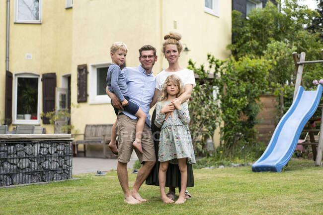 Родина стоїть на подвір