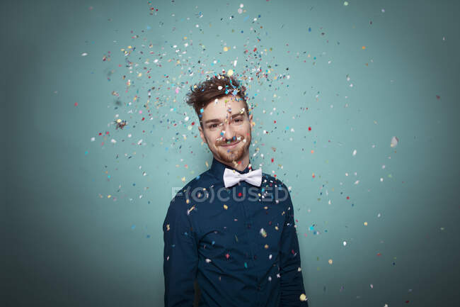 Retrato del joven lanzando confeti - foto de stock