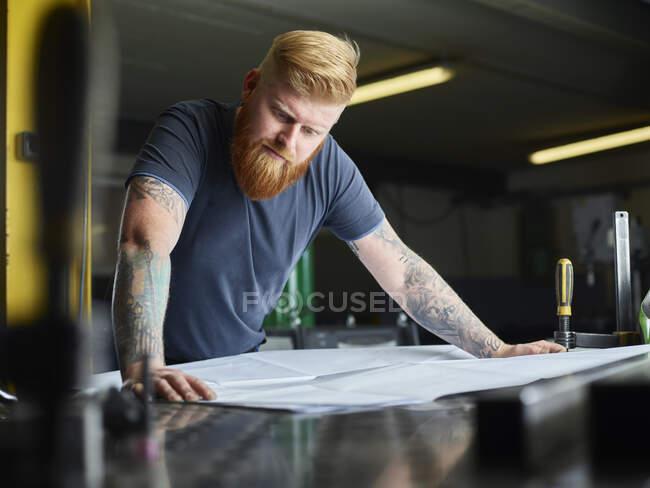 Професійний план перевірки бізнесу, стоячи на заводі. — стокове фото