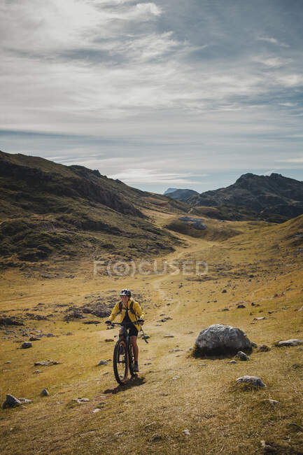 Woman riding electric bicycle on mountain at Somiedo Natural Park, Spain — Stock Photo