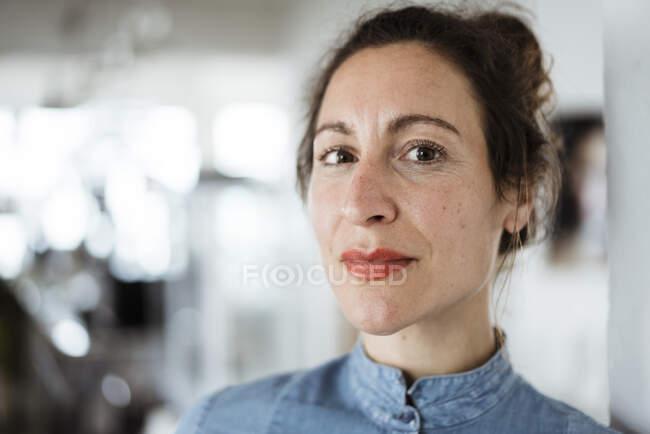 Retrato de cerca de la propietaria en la cafetería - foto de stock