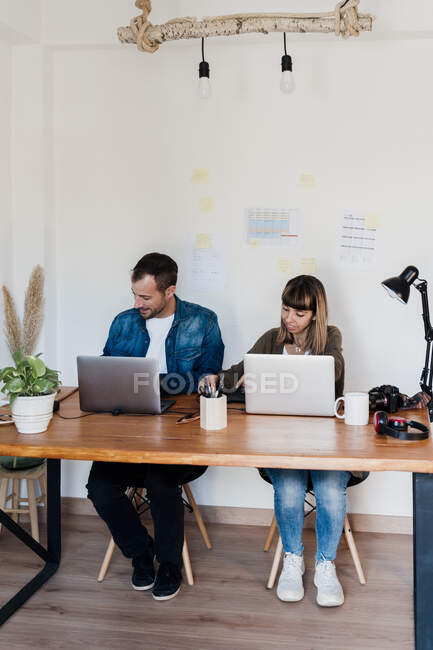 Business couple working together in living room at home — Stock Photo