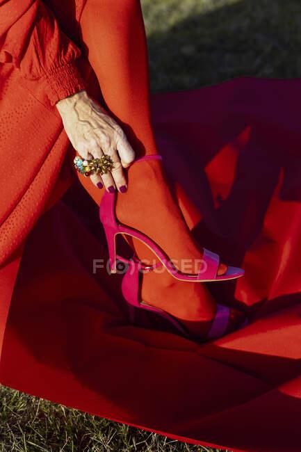 Senior woman wearing heels on sunny day — Stock Photo