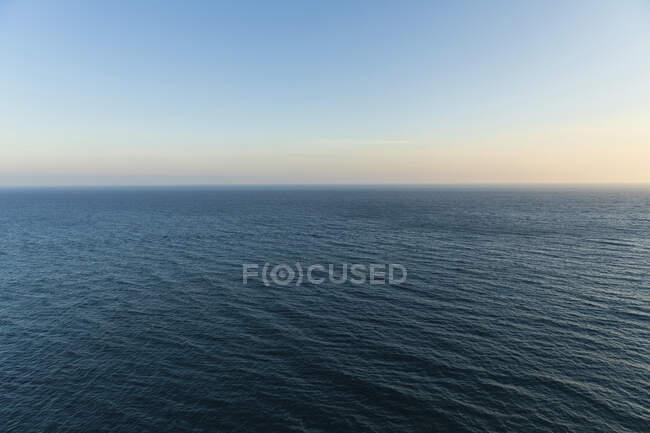 Mar Mediterraneo al crepuscolo con una chiara linea di orizzonte sullo sfondo — Foto stock