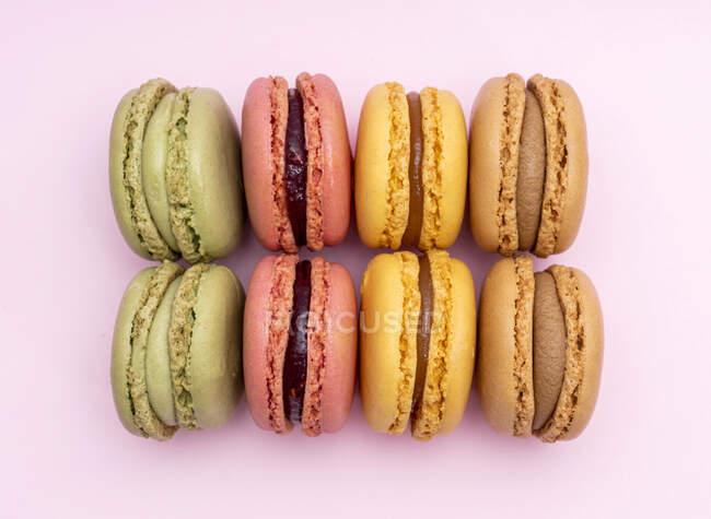 Captura de estudio de coloridas galletas de macarrones - foto de stock