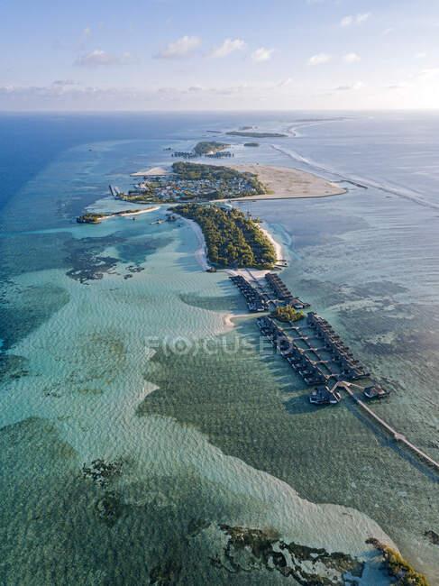 Maldivas, Atolón Kaafu, Vista aérea de bungalows turísticos en la isla Huraa - foto de stock