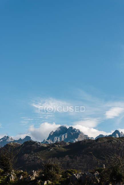 Чисте блакитне небо над піком у Пікос - де - Европі восени. — стокове фото