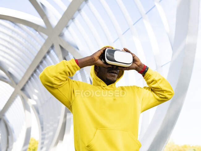 Sportsman using virtual reality headset while standing at elevated walkway — Stock Photo
