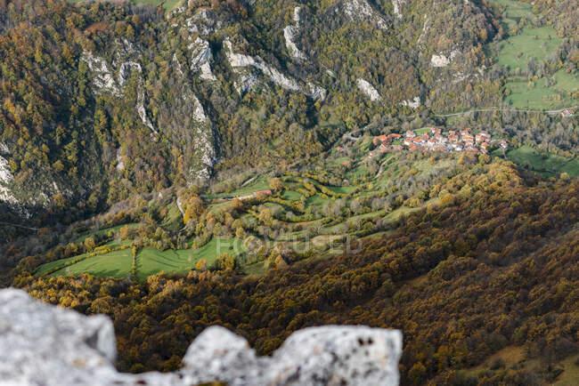 Spagna, Asturie, Piccolo villaggio in Picos de Europa durante l'autunno — Foto stock