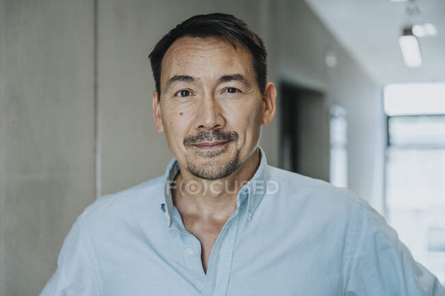 Bello uomo d'affari in piedi nel corridoio — Foto stock