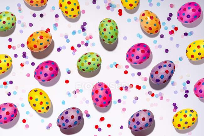 Confetti y coloridos huevos de Pascua manchados - foto de stock