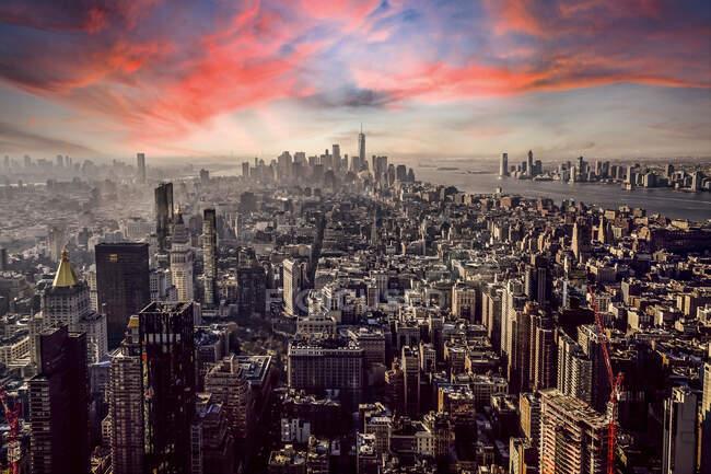 Veduta aerea della città di New York contro il cielo arancione durante il tramonto, New York, USA — Foto stock