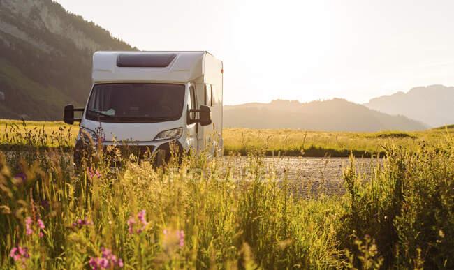 Автобус Camper van parparked at Col des Aravis, Haute-Savoie в сонячний день, Франція — стокове фото