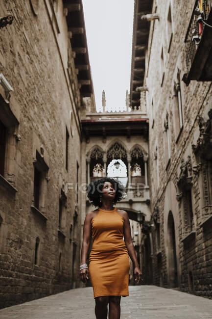 Contemplando a la mujer de pie en la ciudad, Barcelona, España - foto de stock