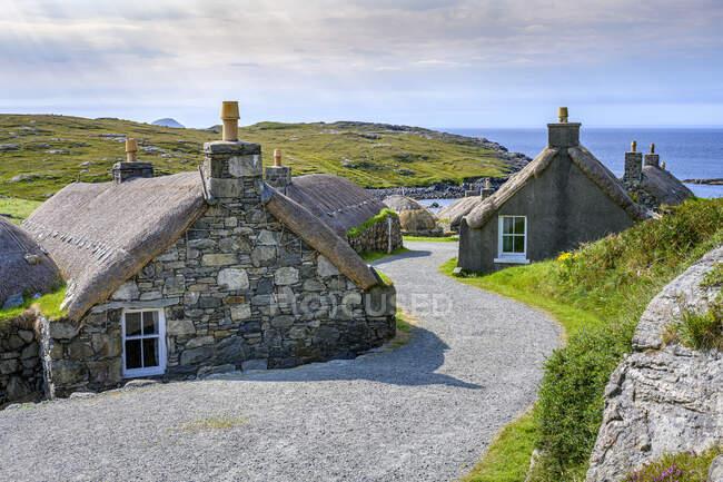 Bellissimo paesaggio con un piccolo villaggio sullo sfondo — Foto stock