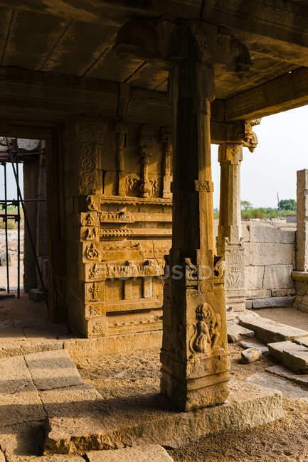 India, Karnataka, Hampi, tempio di granito nel complesso dell'Impero Vijayanagara nella valle desertica di Hampi — Foto stock