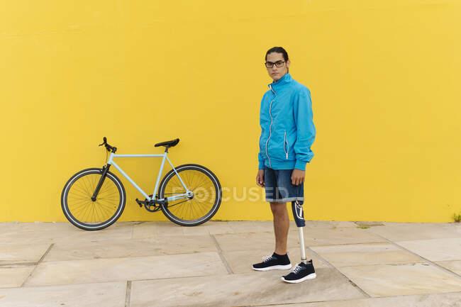 Людина стоїть на стежці до жовтої стіни. — стокове фото