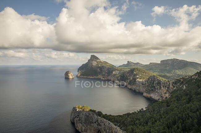 Veduta aerea delle nuvole sul promontorio di Cap de Formentor — Foto stock