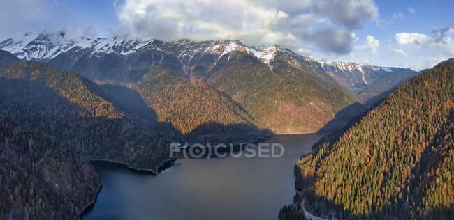Повітряний вид озера Ріца оточений лісистими горами восени. — стокове фото
