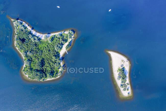 Vista aérea de dos islotes en el lago De Bijland - foto de stock