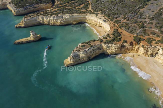Vista della costa rocciosa dell'isola sulla costa del Mar Mediterraneo in Israele — Foto stock