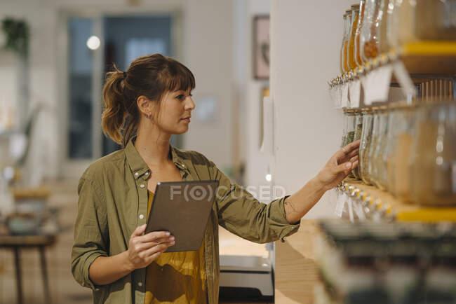 Жінка - власник перевіряє, тримаючи в кав