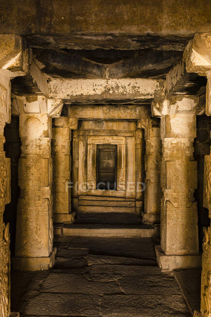India, Karnataka, Hampi, Interno di tempio di Vijaya Vittala complesso in valle desertica di Hampi — Foto stock